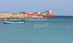 تحمل مشتقات نفطية.. وصول سفينة إماراتية إلى سقطرى (صور)