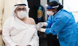 وزير الصحة الإماراتي يتلقى أول جرعة لقاح لفيروس كورونا