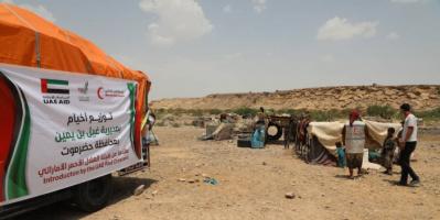 """""""هلال الإمارات"""" يوزع 50 خيمة للبدو الرحل بحضرموت"""