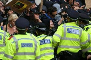 الشرطة البريطانية تُفرق تظاهرة ضد إجراءات العزل