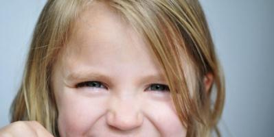 الأسنان الطباشيرية.. دراسة ألمانية تحذر من خطورتها على الأطفال