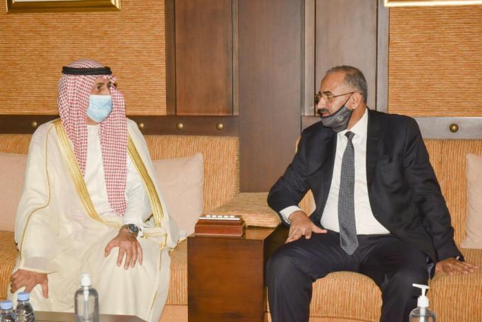 الزُبيدي في السفارة الكويتية للتعزية بأميرها الراحل