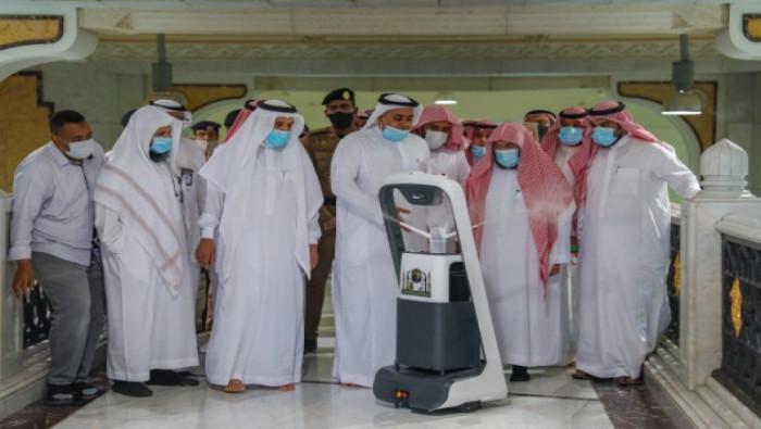 """للحد من كورونا.. السعودية تطلق """"روبوت ذكي"""" لتعقيم الحرمين الشريفين"""