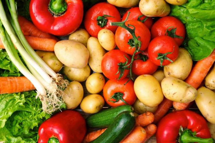 انخفاض الطماطم وارتفاع البطاطس..أسعار الخضروات والفواكه بأسواق عدن