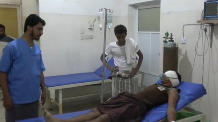 شاهد.. إصابة عامل برصاص قناص حوثي في التحيتا