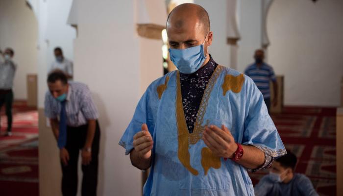 المصلون في المغرب يحتفون بأول جمعة بعد عودة فتح المساجد
