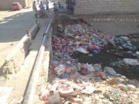 بالصور.. القمامة تزحف إلى قناة الري في الحصن
