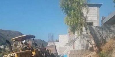 مليشيا الحوثي تهدم سور منزل أحد مواطني إب