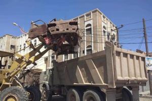 بالصور.. تواصل رفع السيارات المتهالكة من شوارع عدن