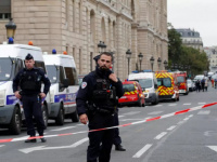 إخلاء محيط قوس النصر بباريس وإغلاق محطات مترو الشانزيلزية