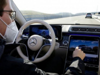 """مرسيدس – بنز تختبر نظامًا مشابهًا لنظام """"الطيار الآلي"""""""