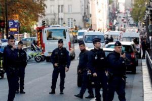 الشرطة الفرنسية تضبط رجلًا يحمل سلاح أبيض في باريس