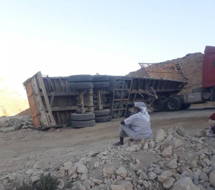قاطرة تقطع عقبة عبدالله غريب أمام المسافرين (صور)