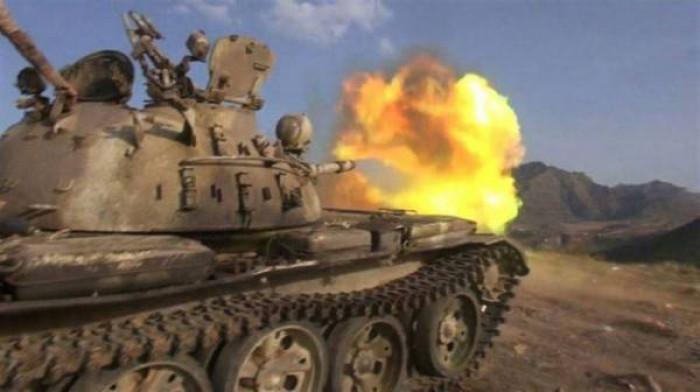 أصابت مناطق سكنية.. دبابات حوثية تقصف بلدة بتار