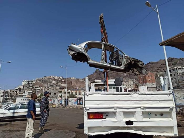رفع سيارات متهالكة من شوارع صيرة (صور)