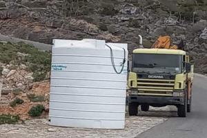 """""""خليفة الإنسانية"""" تتكفل بتوصيل المياه إلى ديكسم في سقطرى"""
