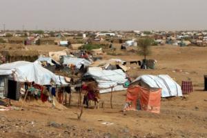 """صرخات في مخيمات إب.. """"جربٌ"""" جناه الحوثي على الإنسانية"""