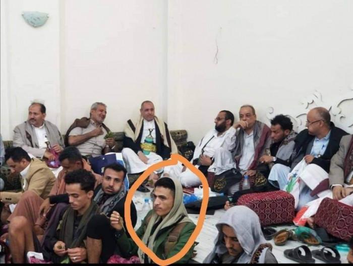 الإخواني المخلافي يظهر مع مطلوب أمني في تعز
