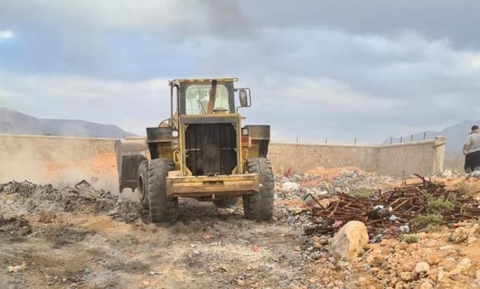 """""""خليفة الإنسانية"""" تُعيد تنظيم مكب النفايات في قلنسية"""
