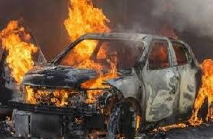 الثالثة بساعات.. إضرام النار في سيارة مواطن بإب