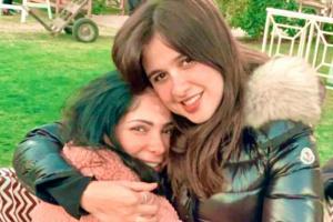 ياسمين عبدالعزيز بصحبة منى زكي في صورة جديدة