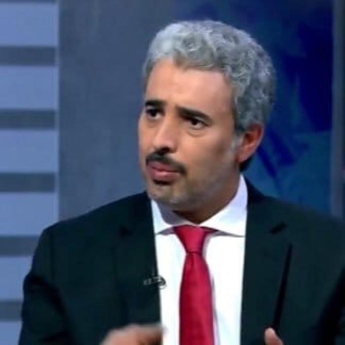 """""""الأسلمي"""" يُفجر مفاجأة من العيار الثقيل عن الدور المشبوه لـ""""الأحمر وأبناء هادي"""" في انهيار الريال """