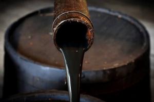 النفط يتراجع بعد تراكم غير متوقع في المخزونات الأمريكية