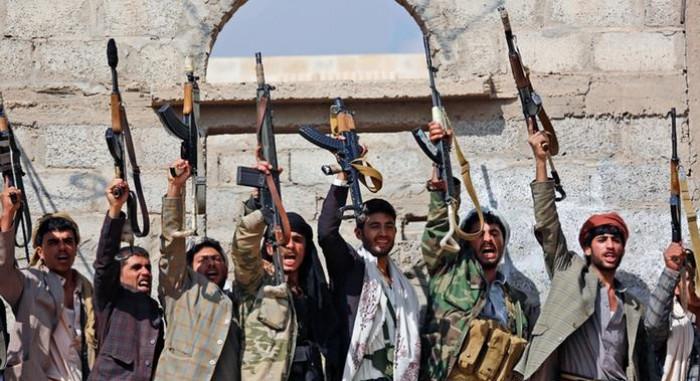 الحوثيون وإطالة أمد الحرب.. مكاسب للمليشيات وخدماتٌ لإيران