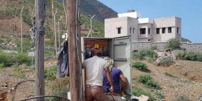 استبدال لوحة تحكم بخط كهرباء مكتب المياه في سقطرى