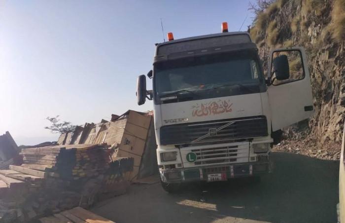 انقلاب شاحنة يوقف طريقًا رئيسيًا بين إب والعدين