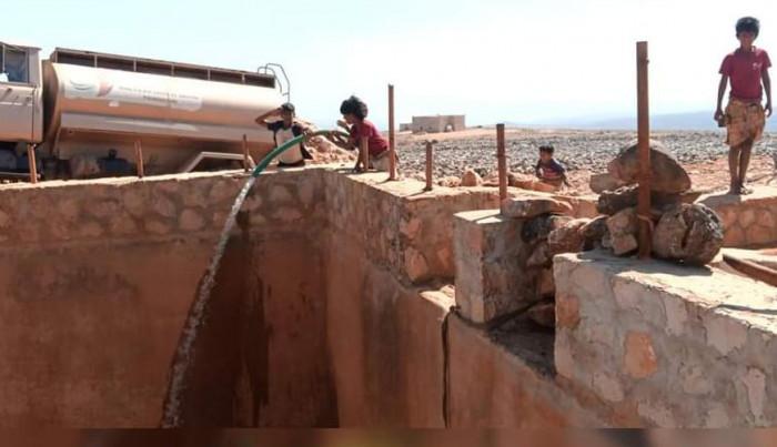 سقيا تمد منطقة ديكسم في سقطرى بالمياه النقية