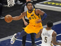 ميتشل يقود يوتا جاز للفوز على بليكانز في دوري السلة الأمريكي
