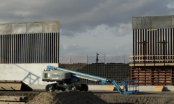 بايدن يوقف بناء الجدار على حدود المكسيك