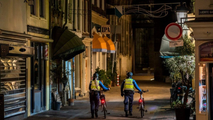 هولندا تطبق أول حظر تجول منذ الحرب العالمية الثانية