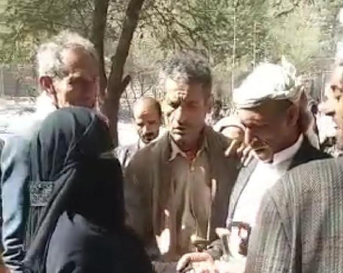 منع سيدة من الانتحار حرقًا بسوق شعبية في إب