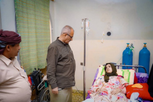 بتوجيهات الزُبيدي.. الجعدي يزور الجريحة سيناء لمتابعة علاجها