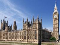 تصاعد الدخان من قصر العموم البريطاني وإطلاق صافرات الإنذار