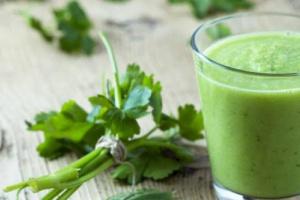 مشروب أخضر يعمل على تطهير الكبد من السموم.. تعرف عليه