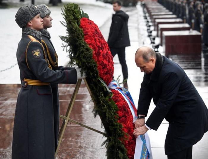 الرئيس الروسي يضع الزهور على النصب التذكاري في ذكرى تحرير لينينغراد