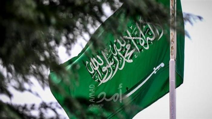 طالب بإزالة السيف من العَلم.. كاتب سعودي يثير جدلاً