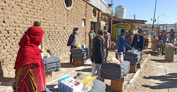 """""""الصليب الأحمر"""" يوزع مساعدات على 1000 أسرة بصعدة"""