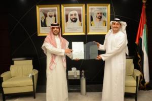 """""""المطوع"""" يسلم البراءة القنصلية لوزارة الخارجية والتعاون الإماراتي"""