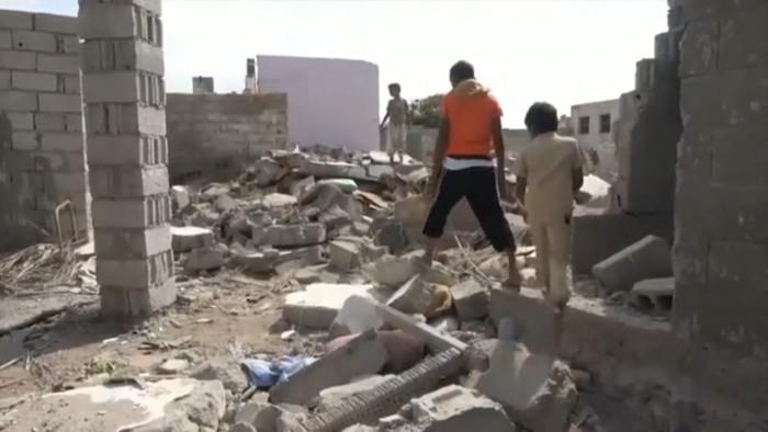 شاهد.. المدفعية الحوثية تشرد أهالي حي منظر بالحديدة