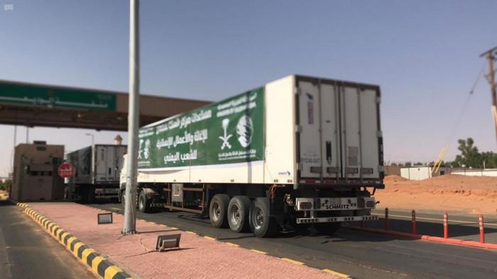 8 شاحنات إغاثية سعودية تعبر منفذ الوديعة