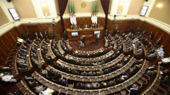 الرئيس الجزائري يوقع مرسومًا بحل البرلمان