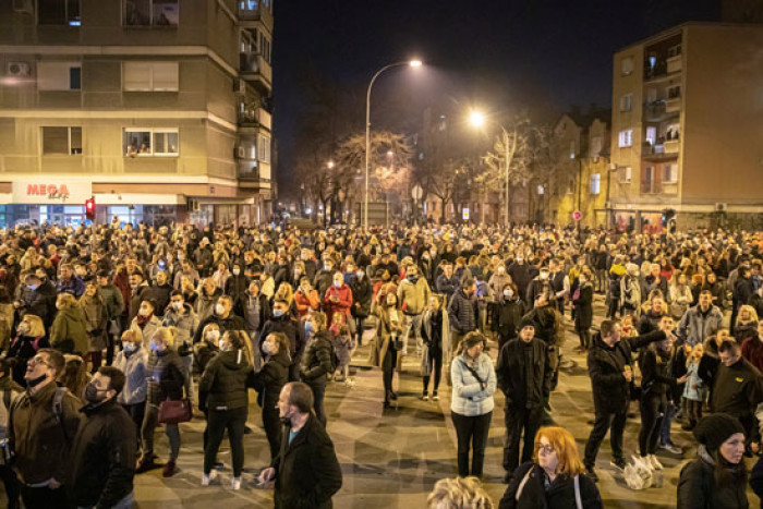 الآلاف بصربيا يتجمعون لتأبين السياسي البارز دجورجي بالاسيفيتش