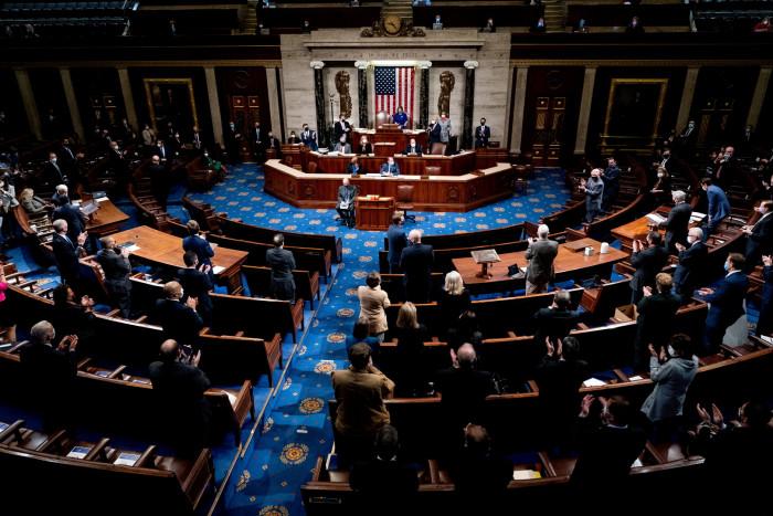النواب الأمريكي يوافق على مشروع قانون لتخفيف آثار كورونا