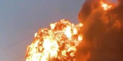 اصطدام شاحنة بقطار يولّد انفجارًا وحريقًا في تكساس