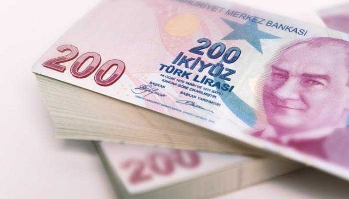 كاتب سعودي يتوقع استمرار موجة هبوط الليرة التركية