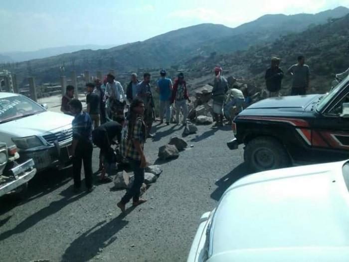 المسافرون واصلوا رحلتهم مشيًا.. مليشيات الإخوان تقطع طريق التربة